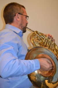 horn with collapsed wrist